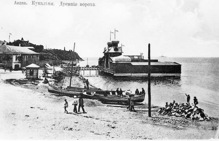 Anapa. Beach with the bathing rooms