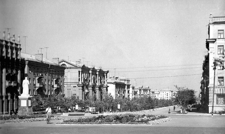 Alchevsk. Mira avenue, a monument to Stalin