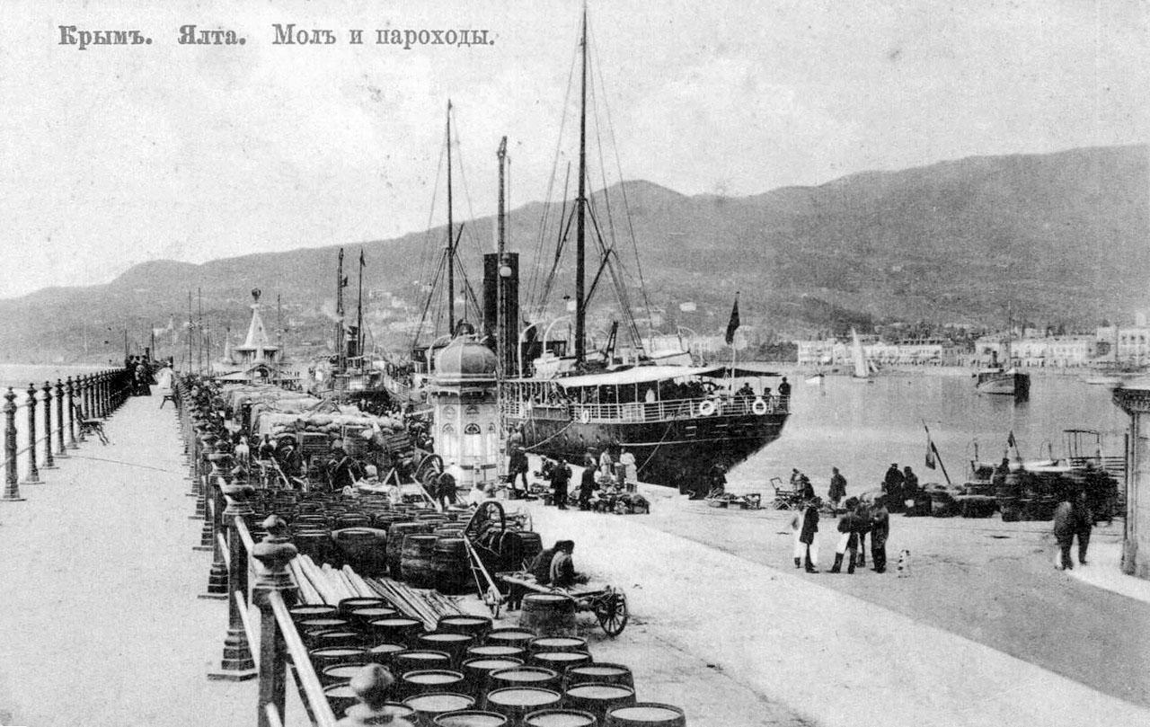 Yalta. Breakwater and the ships